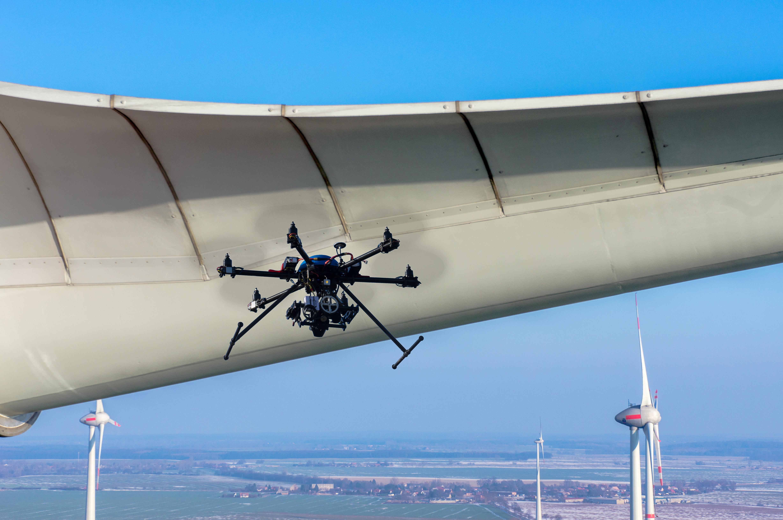 Luftbild einer Windkraftanlage mit Drohne Rotorblatt Wartung Inspektion
